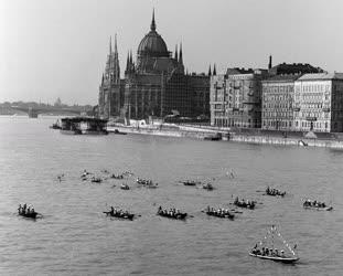 Budapest - Úttörő seregszemle a Dunán