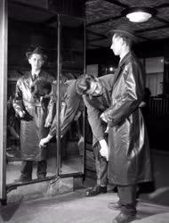 Ruházati kereskedelem - Műanyagipar - Divat a műbőr kabát
