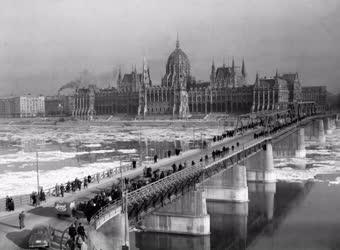 Közlekedés - Forgalom a Kossuth hídon