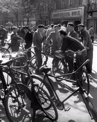 Életkép - Beszélgető férfiak egy győri utcán