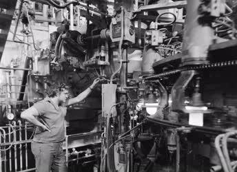 Ipar - Új gépsor az Egyesült Izzóban