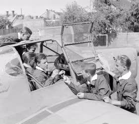 Oktatás - A tanulók szerelik a sportrepülőt