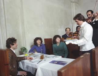 Vendéglátás - Vendégek a Borostyán Szállodában