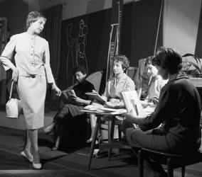 Divat - Munka a Ruhatervező Stúdióban