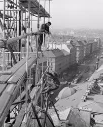Ipar - Építőipar - Készül a Népszabadság neonreklámja