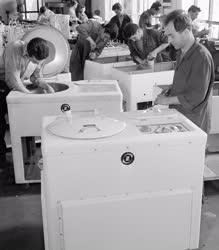 Ipar - Új típusú laboratóriumi centrifuga készül a Zuglói Gépgyárban