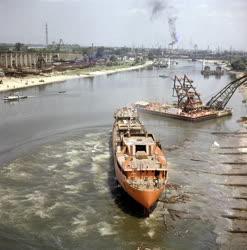 Ipar - Közlekedés - Az Om Saber nevű tengerjáró hajó avatása