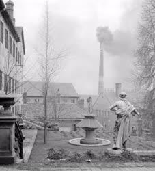 Ipar - Dísztárgyak a Pécsi Porcelángyár udvarán