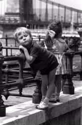 Városkép-életkép - Kisgyerekek a Vigadó tér korlátjánál
