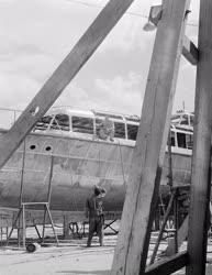 Ipar - Vízibusz készül a váci hajógyárban