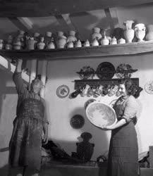 Folklór - Népművészet - Félkész fazekasedények szárítása