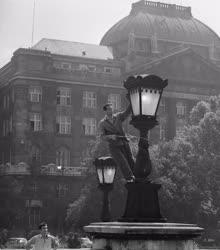 Energia - Városkép - Tisztítják a Lánchíd lámpáit