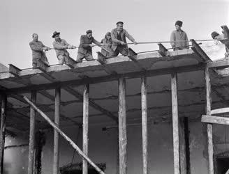Ipar - Építőipar - Bontják a Női Klinika régi épületét
