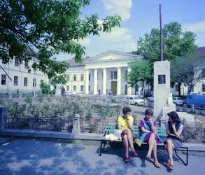 Városkép-életkép - Beszélgetők a szekszárdi megyeháza előtt
