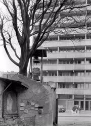 Városkép - Toronyláb és emlékhely a lakótelepen