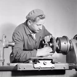 Ipar - Újító dolgozó a Lőrinci Fonóban