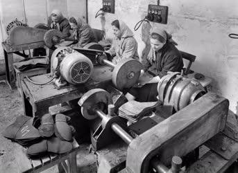 Ipar - Bőrcsiszoló műhely Sztálinvárosban