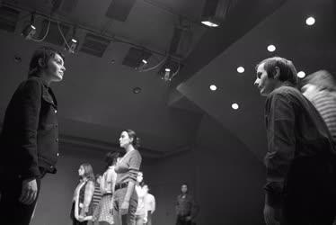 Kultúra - Színház - Fényes szelek című előadás