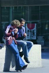Életkép - Fiatal pár a Felszabadulás téren