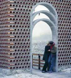 Városkép-életkép - Ifjú pár egy soproni átjáróban
